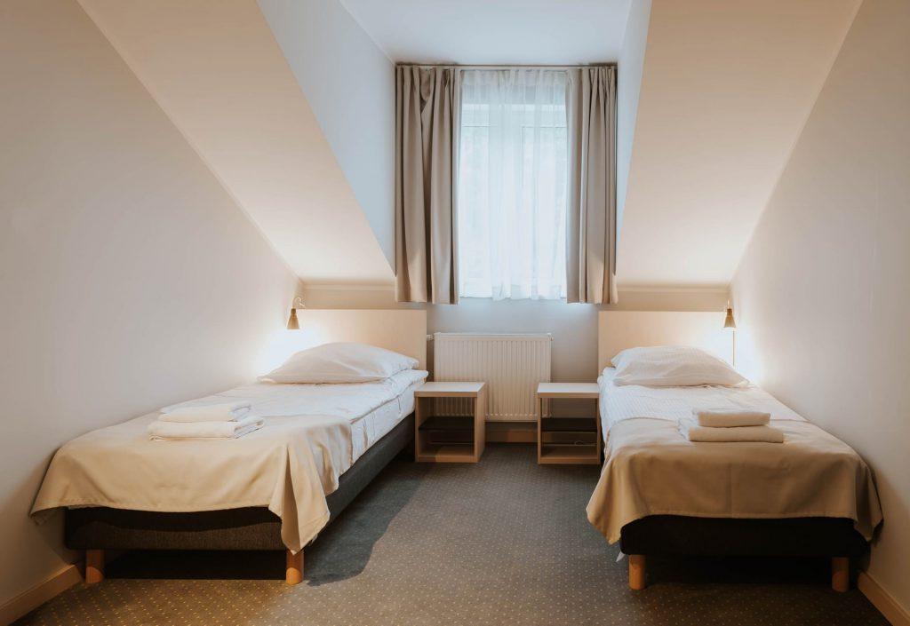 pokój dwuosobowy premium łóżka pojedyncze